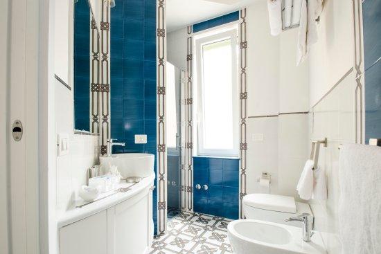 Il bagno della sorrento con maioliche vietresi foto di maiori luxury maiori tripadvisor - Bagno maioliche ...