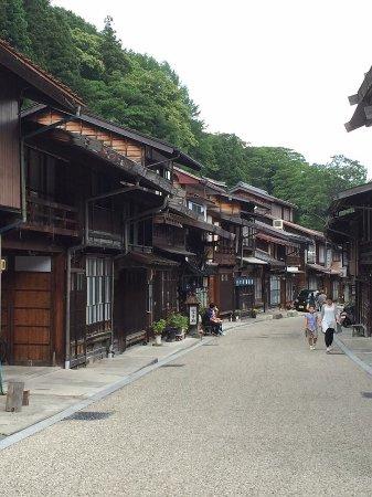 Prefektura Nagano, Japonia: 今天要介紹有日本風味的木造老房子 ,一般外國觀光客很少接觸的景點 奈良井宿-這裡是江戶時期連接京都與東京的中山道上的一個驛站!掛著杉玉的酒家,門前立有軒燈的旅館,格子門窗的店鋪到處都是,當時的