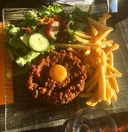 Avranches, Francia: Tartare de bœuf et faux-filet de bœuf frites salade