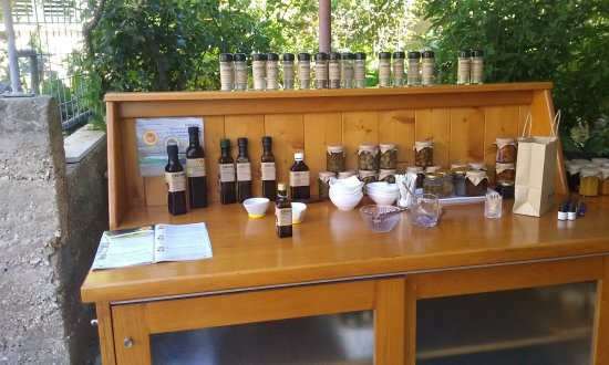Vela Luka, Croazia: Taste-testing table....take your time here, do not rush, savor the moment and the flavor!!