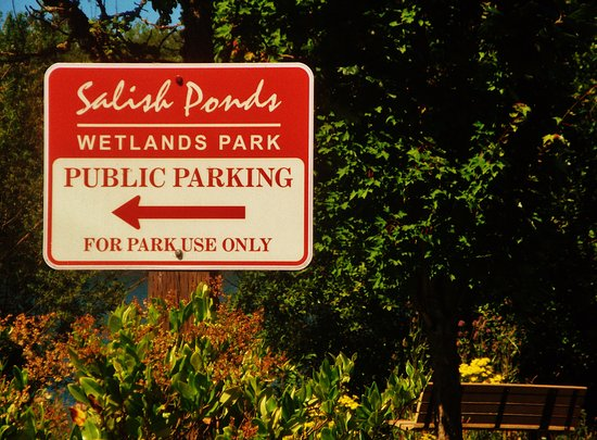 Fairview, Орегон: signs in parking lot for people visiting the Salish Ponds
