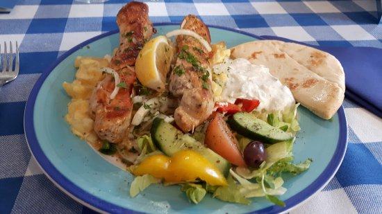 Crecian: Kanasouvlaki-annos, valkosipuliperunoilla, pitaleivällä sekä tsatzikilla