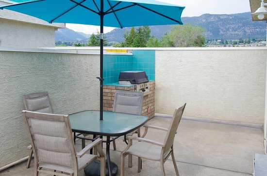 Tiki Shores Inn and Suites: Private guest patio