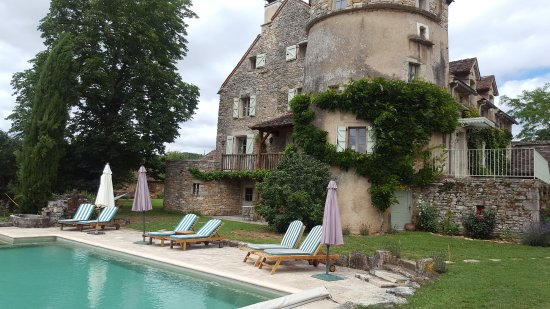 Calvignac, France: la piscine et le mas