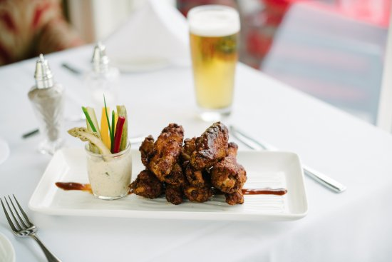 Port Severn, Kanada: Wings with Pickled Crudité and Smoked Ranch Dip Jar
