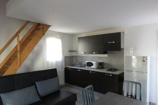 Soggiorno con divano e tavolo da pranzo - Picture of Residence ...