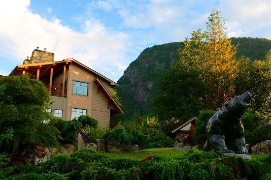 Νήσος Σονόρα, Καναδάς: Looking up at the mountain behind Sonora Resort