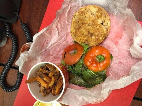 คอลเลจพาร์ค, แมรี่แลนด์: A frozen pattie which was supposed to be lump crab sandwich; wilted lettuce and the ends of toma