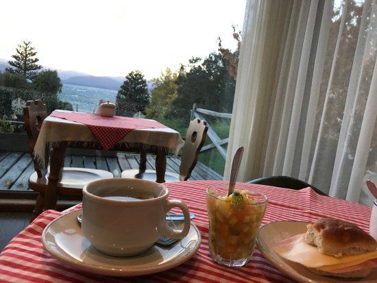 Hotel Tirol Bariloche: El desayunito está incluído