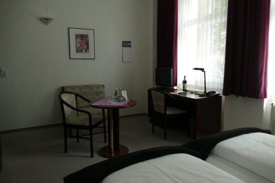 Zimmer Nr. 4 Schreibtisch - Bild von Das Kleine Hotel ...