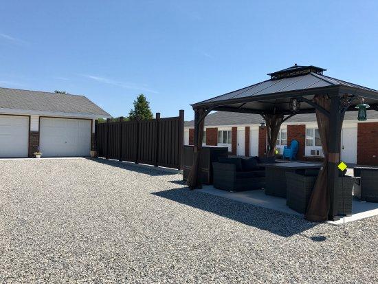 Mindemoya, Канада: New patio set and fencing