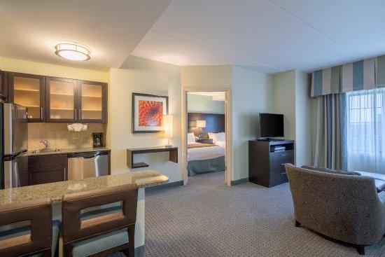 Glen Mills, Pensilvania: One Bedroom Suite - 2 Double Beds & Pullout Sofa Bed