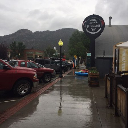 Buena Vista, CO: It was rainy, but they had plenty of covered tables to enjoy the Bluegrass sensation, inside!