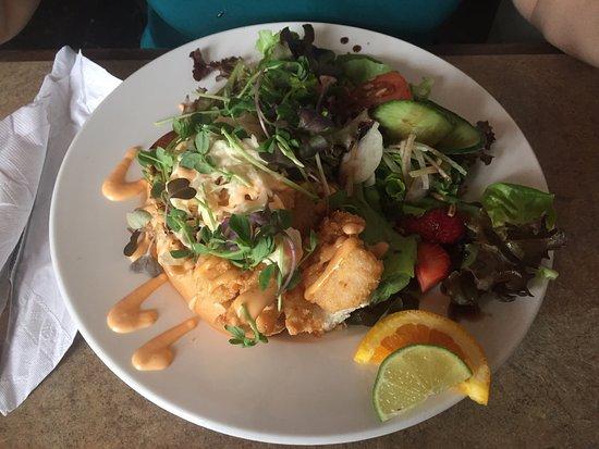 Victoria, Canadá: Crevettes servies avec salade