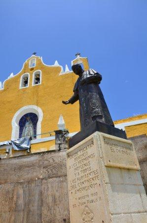 Izamal, Mexiko: Estatua conmemorativa de la visita de Juan Pablo II