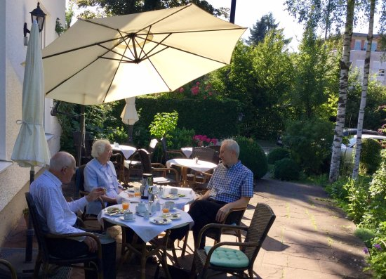 Villa Arborea : Breakfast in the lovely garden on a warm summer morning, 2017.