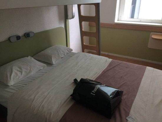 Ibis Budget Berlin Alexanderplatz: Deel van de kamer, prettig werkende lichtschakeling bij het bed.