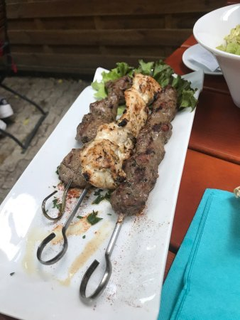 Thann, Frankreich: Mezé délicieux, brochettes de viande à tomber par terre ( l'agneau est extra ), Tiramisu glacé m