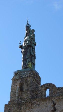 Montbazon, France: statue qui surplombe