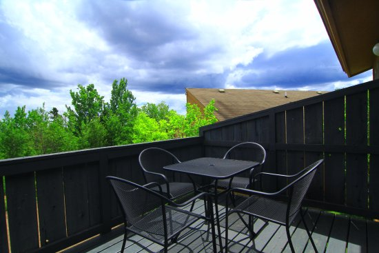 Superior Ridge Resort Motel: The patio outside of a Two Bedroom Condo