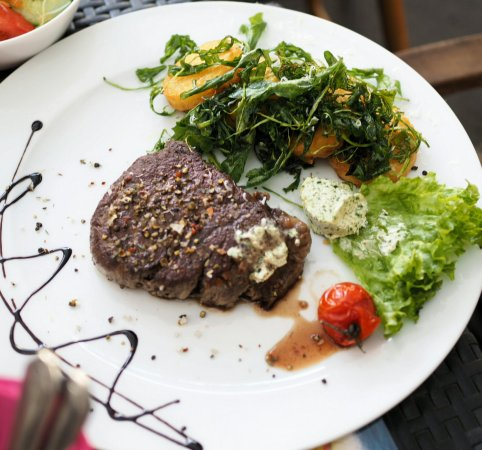 Goldbach, Deutschland: Dakota Steak mit Salat
