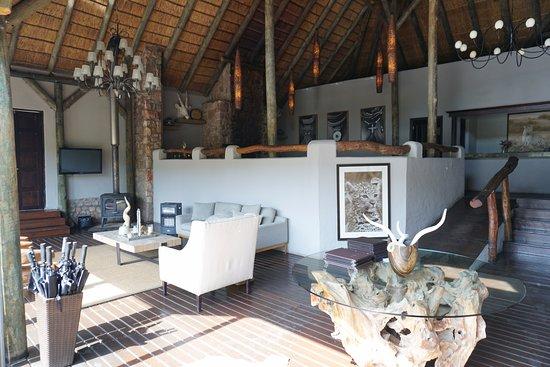 Shamwari Game Reserve Lodges: Bayethe Lodge - Área de jantar e estar