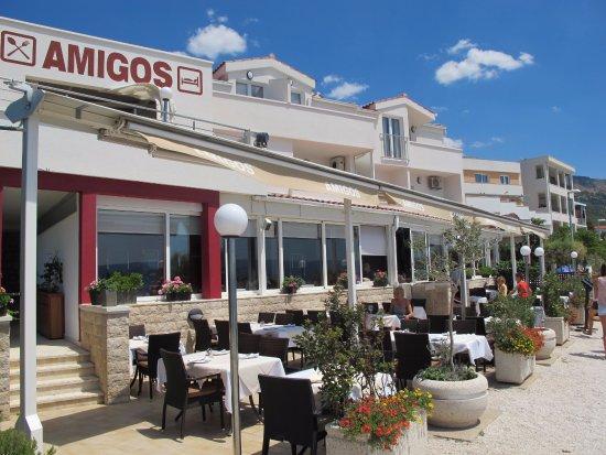 Podstrana, โครเอเชีย: Restaurant Amigos priamo na pláži