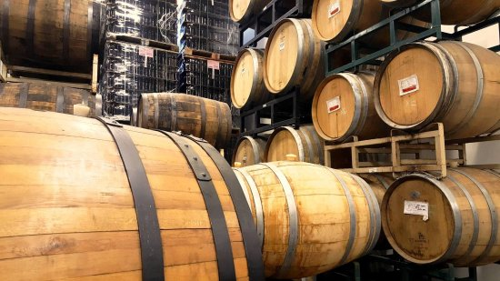 Elmsford, Nowy Jork: Bottle and barrel storage in the brewery