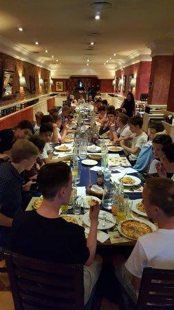 Trattoria Pinocchio: 40 chicos saboreando las pizzas