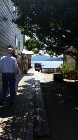 Eastsound, WA: Entrance sidewalk to the restaurant