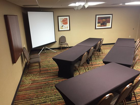 Hampton Inn Grand Rapids-North: Meeting Room with Projector Screen