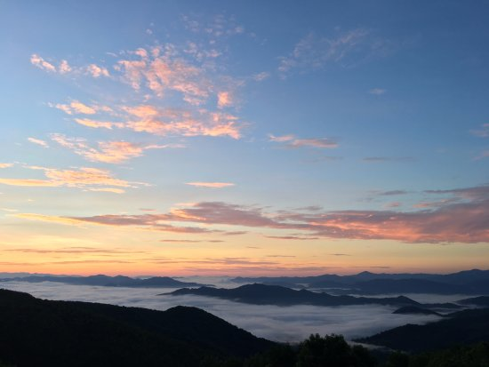 Waynesville, NC: Dawn at Gooseberry Knob on the property: Above the clouds!