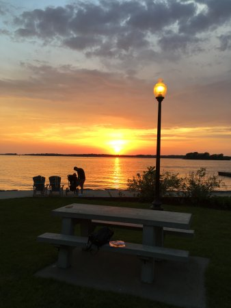 Wooden Boat Inn: sunset over the bay