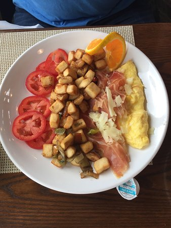 Alpenglow Restaurant- Grande Denali Lodge: Ham & cheese omelet with hash browns.