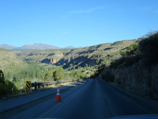 Los Alamos, Nowy Meksyk: The main road into the park