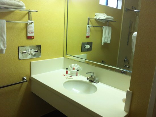 Super 8 Los Angeles Downtown: Nice bathroom, hair dryer is on the right-side of the vanity.
