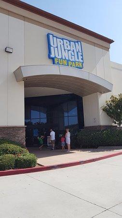 Santee, Californien: Urban Jungle Fun Park Entrance