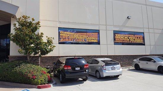 Santee, Californien: Urban Jungle Windows