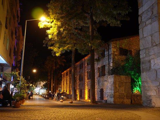 Urkmez Hotel: 旅館外頭街邊夜景