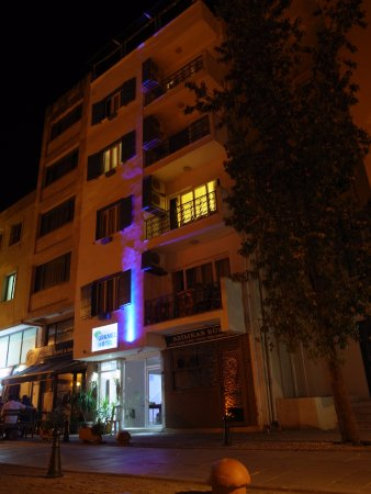 Urkmez Hotel: 旅館外觀夜拍