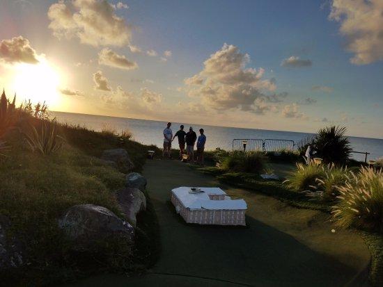 Sandys Parish, Bermudes : Hard to beat a gorgeous mini golf course in a gorgeous spot by the ocean!