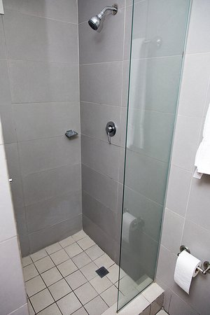 Tower House Suites: Shower Cubicle