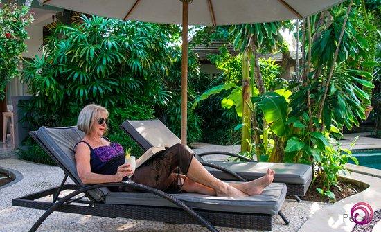Bali Hotel Pearl: Customer by the pool