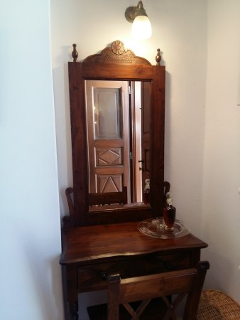 Smaro Studios: The beautiful dressing table handmade by the father of the hotel's owner.
