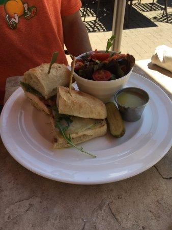Avon, Κολοράντο: The grilled chicken sandwich with side salad