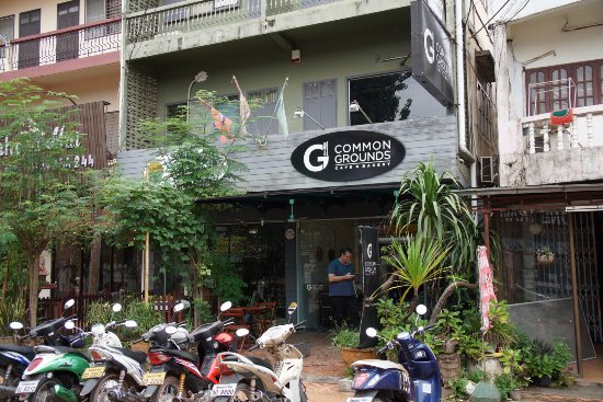 Common Grounds Cafe and Bakery: Easy to locate, signage is large and shop is on a main street