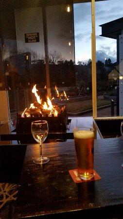 จินดาไีบน์, ออสเตรเลีย: Fire place inside restaurant at Rydges Snowy Mountain