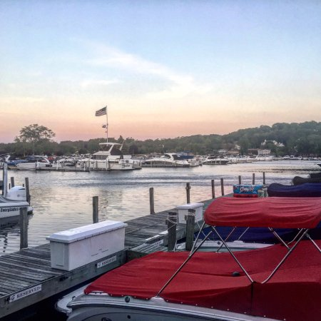 Fontana, WI: Hotel is situated right on the harbor - great sunset views!
