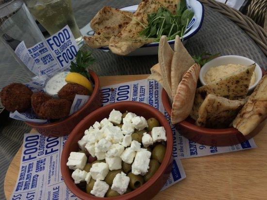 Osmington Mills, UK: Veggie board and garlic flat bread