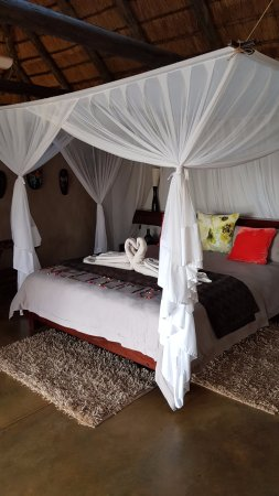 Naledi Bushcamp and Enkoveni Camp: Lovely big bed